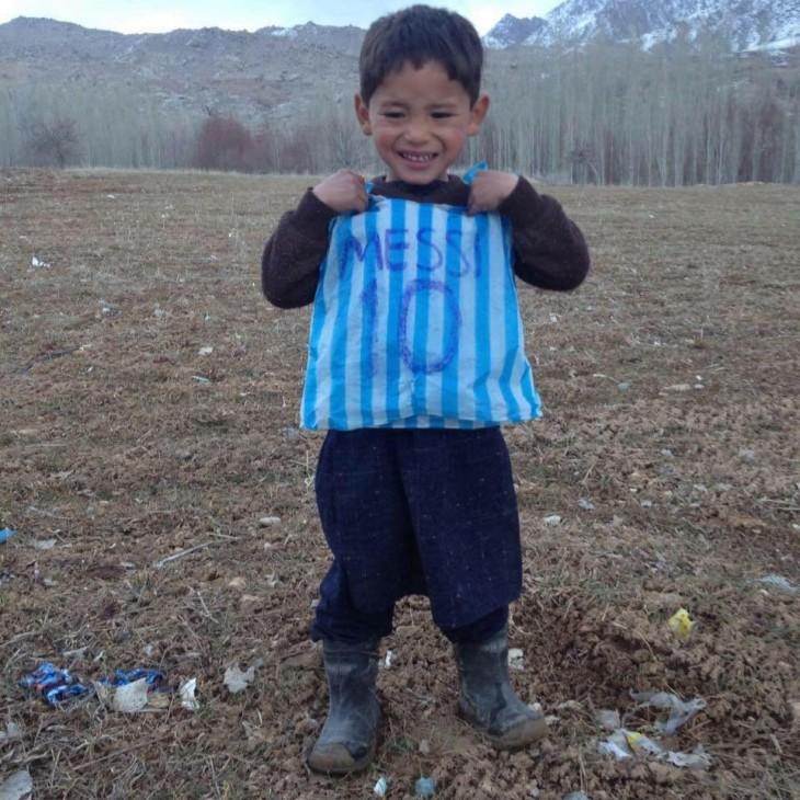 Niño afgano se hizo una playera de Messi con una bolsa de plástico