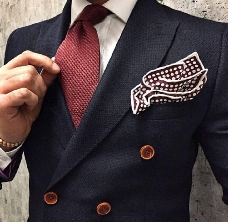 El color de la corbata y el pañuelo debe ser diferente