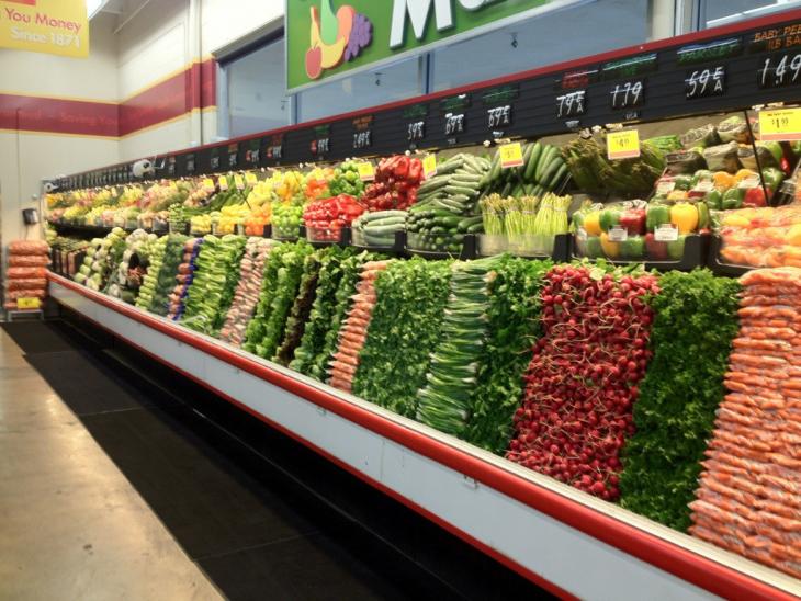 verdura acomodada en supermercado