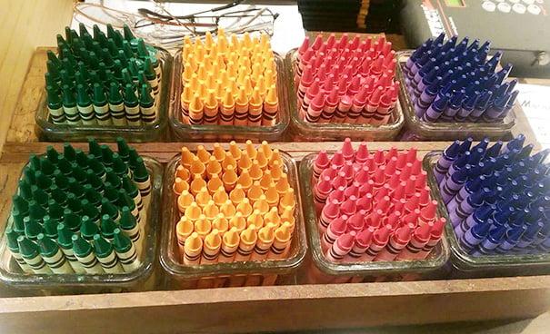 crayones acomodados por colores
