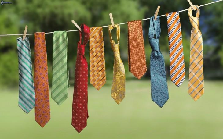 Diferentes corbatas colgadas en un tendedero