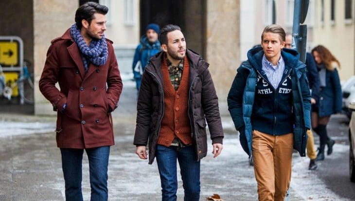 hombres con tres abrigos diferentes