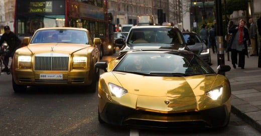 Chico millonario pone de cabeza a Londres con su flota de autos de lujo chapeados en oro