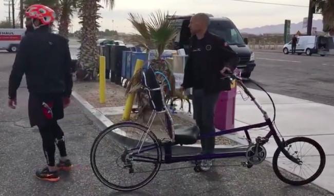 Dan Bilzerian cumple reto en bicicleta