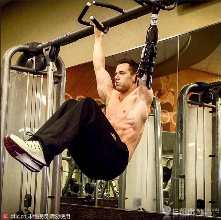 Mak Okun hace ejercicio con un brazo mecánico