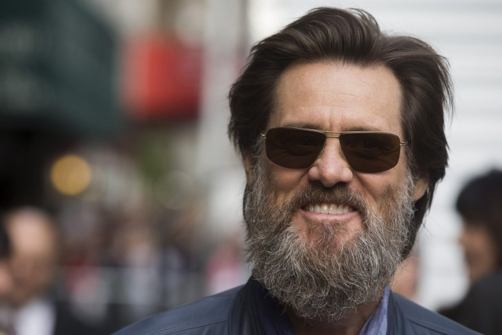 Jim Carrey con barba larga y lentes