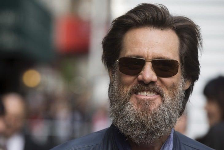 Jim Carrey con barba larga y lentes