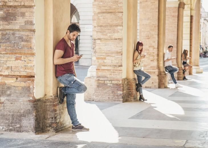 Jóvenes en sus teléfonos celulares
