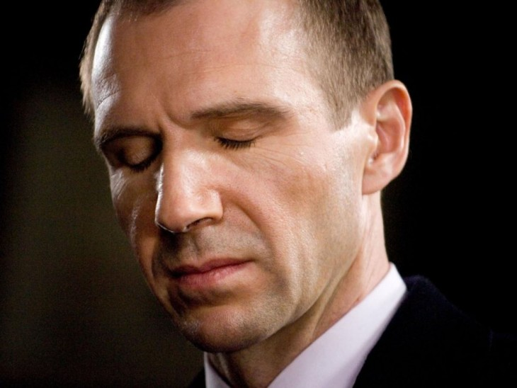 Ralph Fiennes con los ojos cerrados