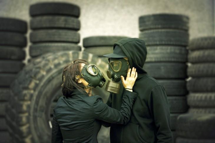 pareja máscaras gas