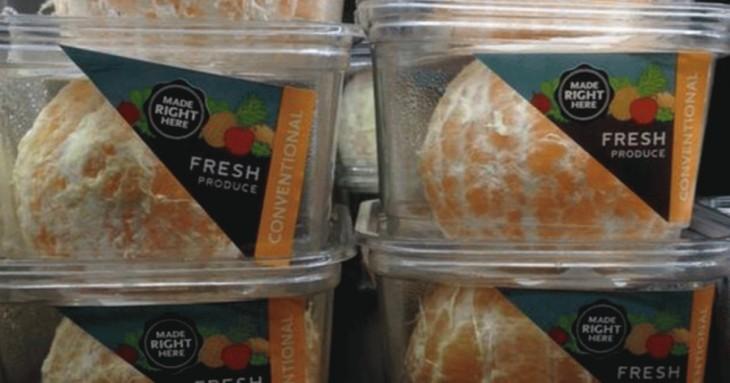 Naranjas peladas en plástico