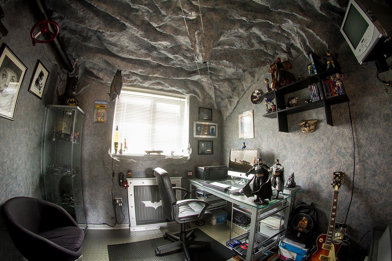 Fan 225 tico de batman convirti 243 su habitaci 243 n en una baticueva