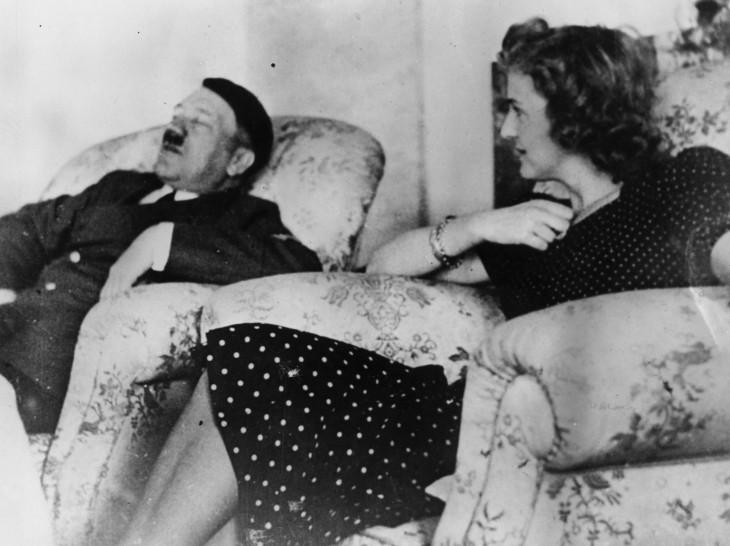 Hitler y Eva descansando en los sillones