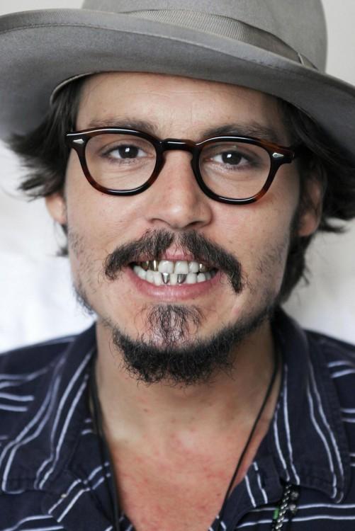 Johnny Depp muestra los dientes