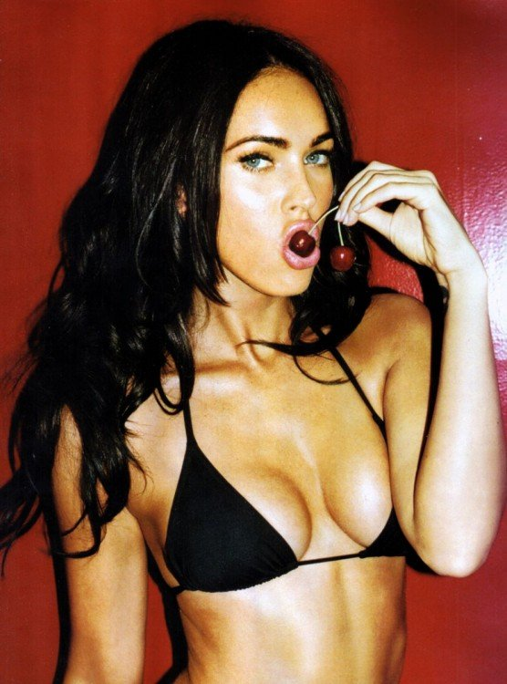 Megan Fox comiendo cerezas