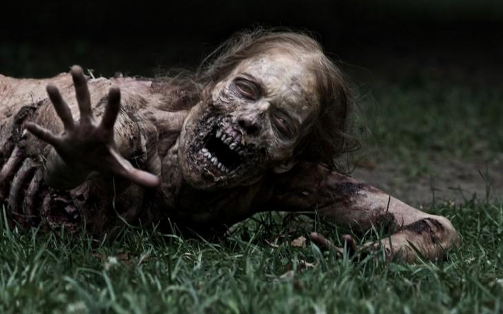 Zombie tirado en el pasto
