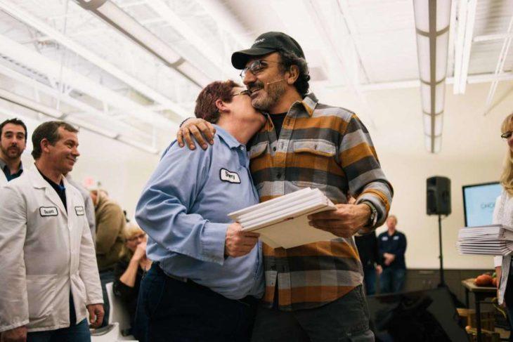 Empleada abraza al CEO de Chobani