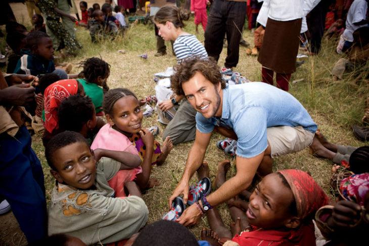 Hombre altruista trabaja con niños