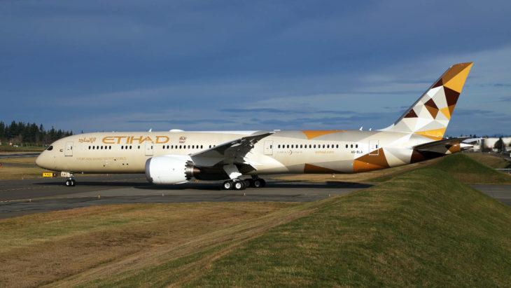 Avión de Etihad en la pista