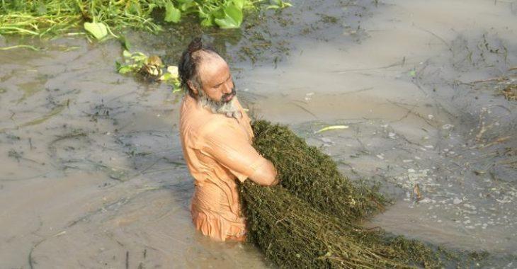 Sant Balbir Singh Seechewal limpiando el rio