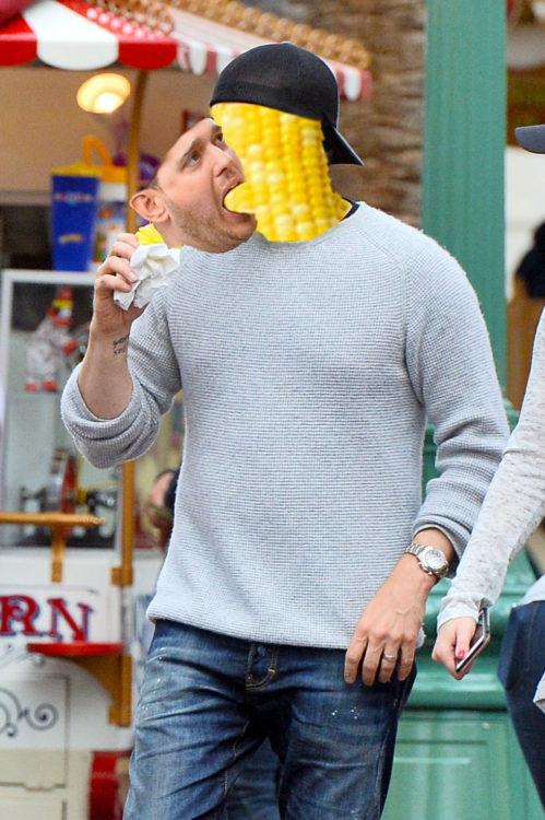 Michael Bublé no sabe comerse un elote