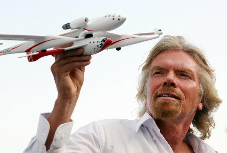 Richard Branson con un avión a escala