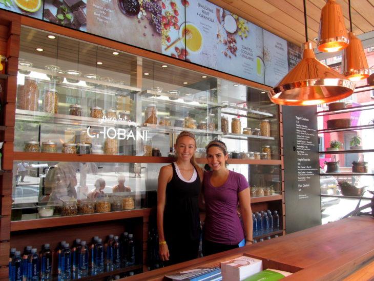 Chicas dentro de tienda Chobani