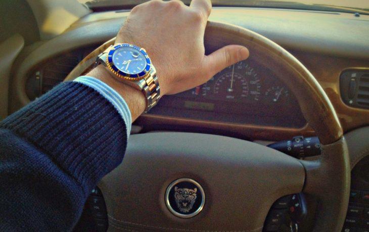 Conduce mientras luce su Rolex
