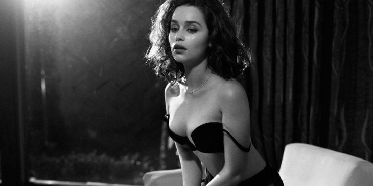 Emilia Clarke en blanco y negro