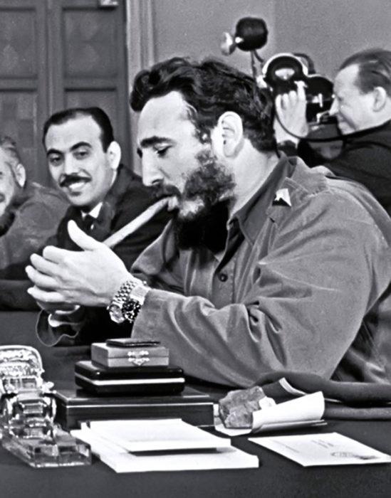 Fidel Castro enciende un habano
