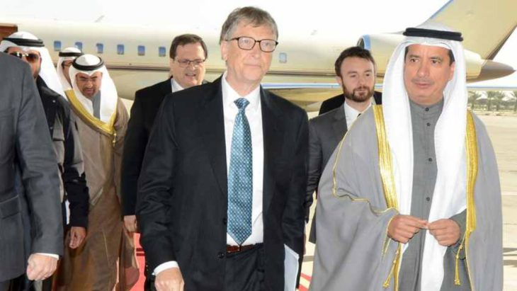 Bill Gates baja del avión