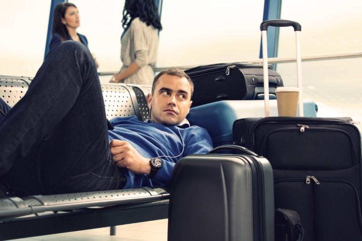 hombre maletas