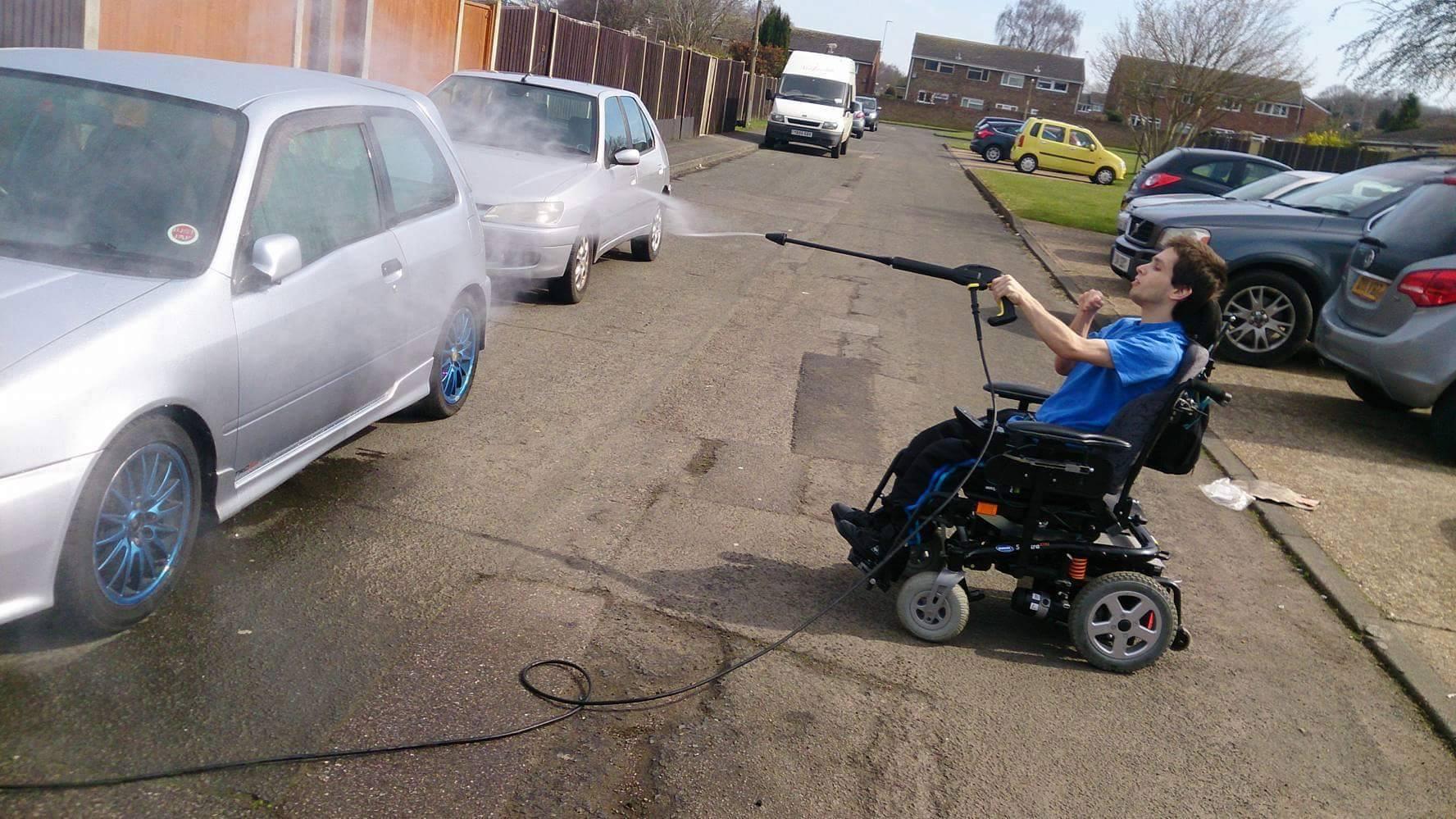 Fotos de joven discapacitado lavando autos se hacen virales