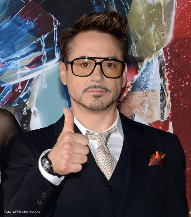 Robert Downey Jr saluda al público