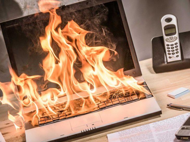 Computadora en llamas
