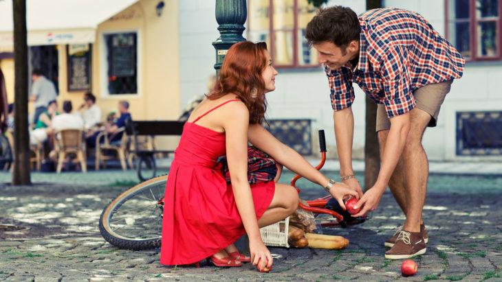Hombre ayuda a mujer tirada en el suelo