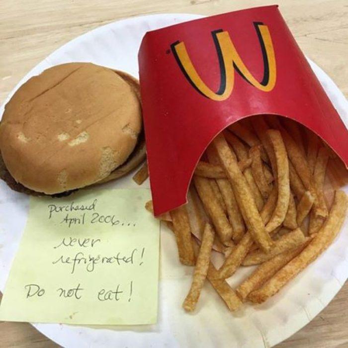 Papas y hamburguesa de McDonald's luego de 10 años