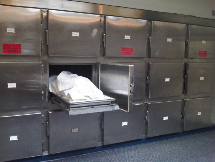 Cadáver en la morgue