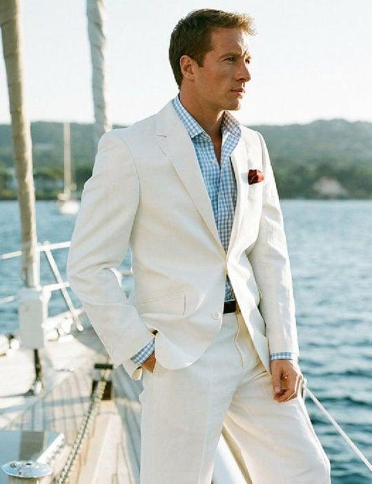 Hombre con traje de lino blanco