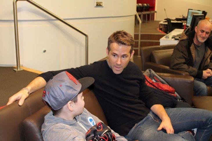 Ryan Reynolds y niño con cáncer