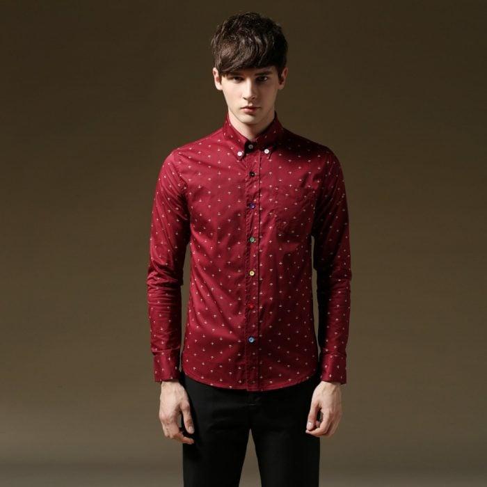 hombre camisa roja