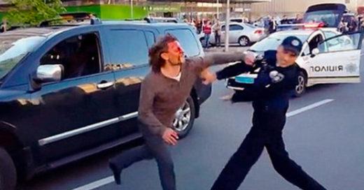 Excampeón de lucha pelea contra 7 policías ¡Y apenas pudieron contenerlo!