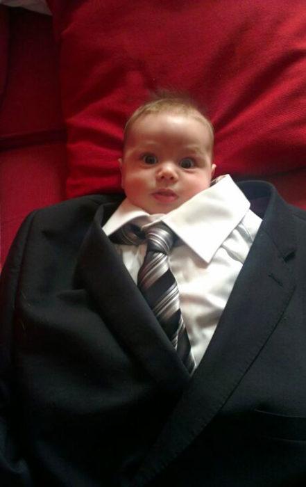 bebe con traje