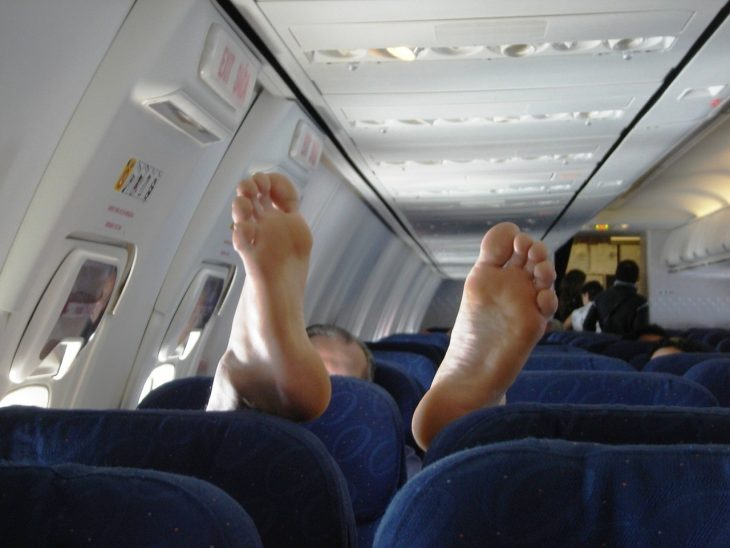 pies descalzos en avion