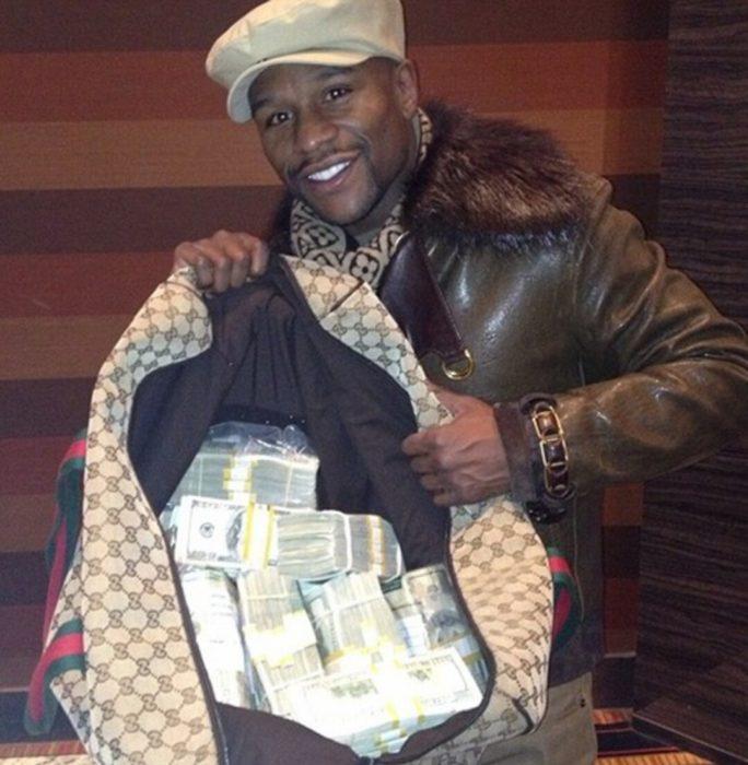 Mayweather con bolsa llena de dinero