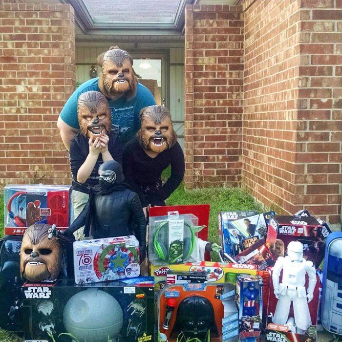 Familia de Chewbacca Feliz con regalos de Star Wars
