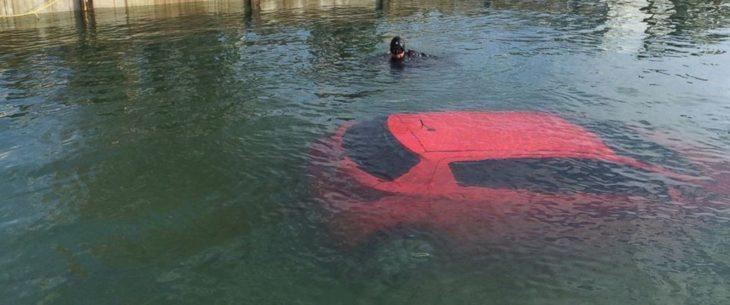 Mujer conduce hacia un lago siguiendo su GPS