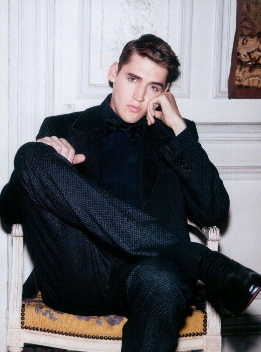 Hombre de traje negro sentado
