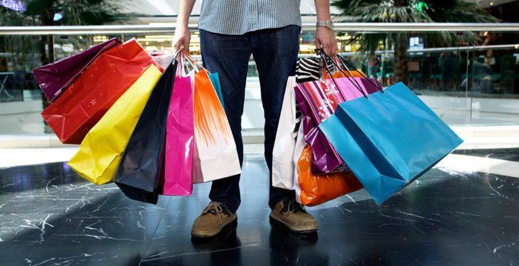 hombre con bolsas de compras