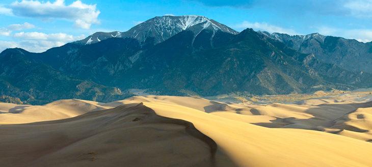 Montaña en medio del desierto